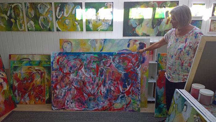 Lene fremviser ekstraordinært et eksempel på hvordan et nyt maleri startes med masser af hurtige penselstrøg mv. Foto: Marianne Porsborg