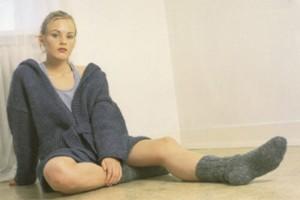 Ung og moderne cardigan med hætte, som strikkes i islandsk uldgarn Bulkylopi. Foto: Istex