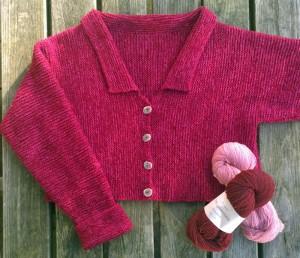 Garnkit til kort retstrikket jakke med v-hals og lille krave. Strikkes i dobbelt shetlandsuld. Design og foto: Marianne Porsborg