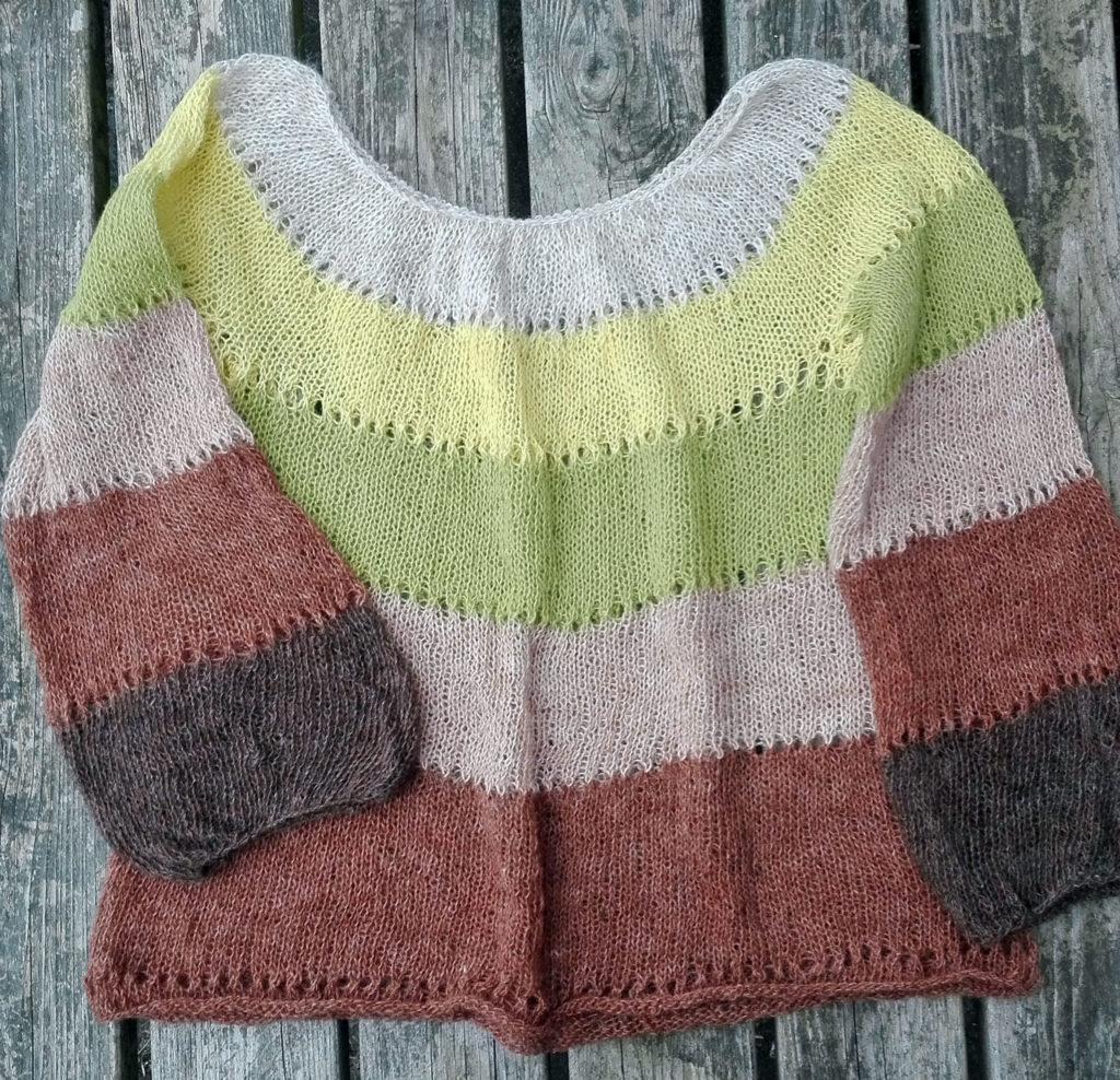 ASKA islandsk uldbluse i seks farver strikket i spindegarnet Einband /Istex. Entrådet uldgarn, sælges online i webshop.