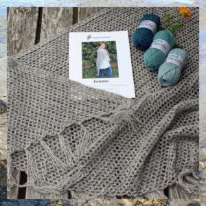 Hæklet sjal med frynser, uldgarn og opskrift i hæklekit fra Doggerland Design, model Eireann