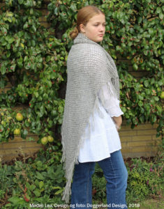 Hæklekit, garn og opskrift til hækling af stort sjal med frynser i blød uldgarn. Design og foto: Doggerland Design
