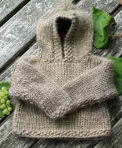 Børneanorak i tyk islandsk uld, garn og opskrift i strikkekit Kelly 1 fra Doggerland Design