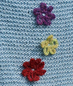 Alpaka sjal med hæklede blomster, opskrift og garn i strikkekit fra Doggerland Design