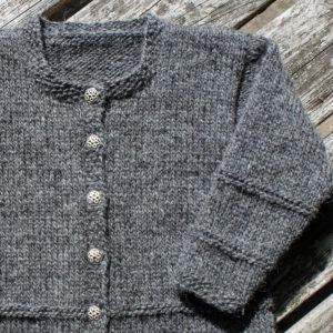 Børnetrøje, cardigan i uldgarn, strikkekit garn og opskrift fra Doggerland Design