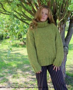 Rullekravesweateren Sorcha strikke i Alafosslopi uldgarn med opskrift fra Doggerland Design